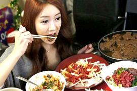 Keuntungan Memiliki Pasangan Cewek yang Punya Hobi Makan