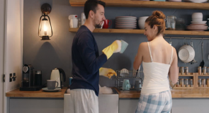 Pasutri yang Berbagi Tugas Domestik Terbukti Lebih Bahagia