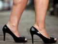 2. Wanita Korea Utara suka pakai sepatu hak tinggi