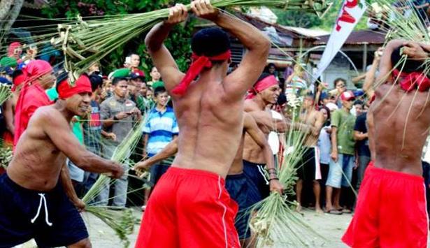 Tradisi-Pukul-Sapu-di-Maluku-Tengah