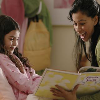 Tradisi yang Hampir Punah, Membacakan Buku untuk Anak Sebelum Tidur